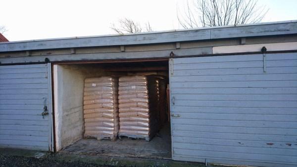 Træpiller leveret i lille carport